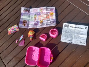 Contents of Hatchimals Pixies Vacay Style pack